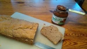 Glutenfritt och mjölkfritt valnötsbröd med Crema, mjölkfri Nutella